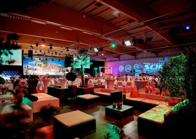 Videomapping als Veranstaltungsdekoration – Firmenjubläum & Red Night vom Autohaus Scholz